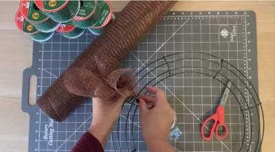 Create Buddy the elf curl for wreath
